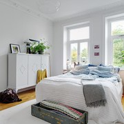 Dormitorio nórdico con grandes ventanales