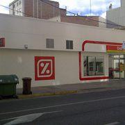 Edificio comercial y aparcamiento.