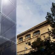 Efecto de la fachada técnica junto al edificio histórico
