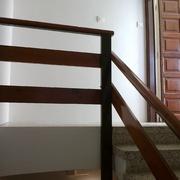 Escalera pintada en una comunidad de vecinos en Calafel