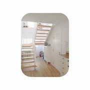 Escalera de estructura blanca
