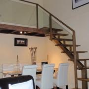 Escalera de acceso a entreplanta, formada por estudio y dormitorio.