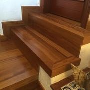Instalación de escaleras de madera de Iroco en Barcelona