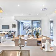 Espacioso salón abierto a la cocina