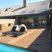 Terraza y piscina estilo asiático en Pozuelo