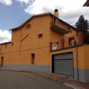 Reparació i pintura de la façana d'una casa de pagès a Barcelona