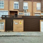 Distribuidores Erreka - Remplazo de fachada completa en Aluminio Soldado con Grecas, Puerta Seccional blanca y videoportero, marca Fermax