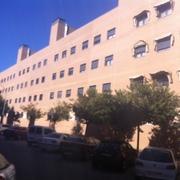Fachada lateral sur de edificio.