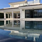 Vivienda unifamiliar aislada y piscina en la Costa del Sol