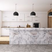 Gran cocina con isla de mármol