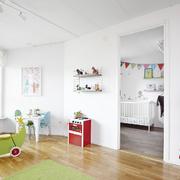 Habitación con juguetes de colores