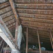 Impresionante tejado a dos aguas de madera
