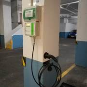 Instalación con soportes para cable y clavija.