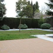 Acondicionamiento de jardín,solado de patio y construcción de caseta depuradora
