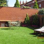 Jardin sostenible patio interior.