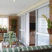 Jardín vertical en balcón con listones de madera