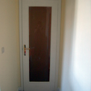 Pintar piso en color y lacar puertas y rodapies