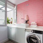 Lavadero estilo nórdico con pared rosa
