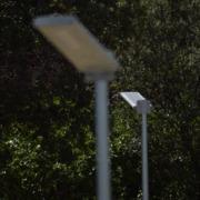 Instalación de farolas con placas fotovoltaicas en parque