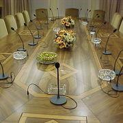 mesa de reunion con microfonos y monitores cerrados