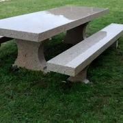 Mesa en jardín recién colocada y lavada.