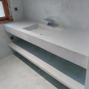 Microcemento en mueble de lavabo hecho de obra