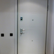 Montaje de panel en cara interior de acceso a vivienda.