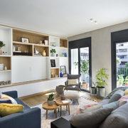 Mueble a medida con televisor oculto detrás de panel corredero