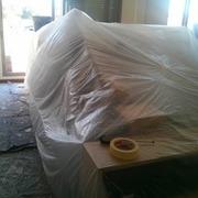 Muebles y sofas protegidos para la pintura.