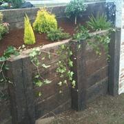 Jardineras y muros en madera.