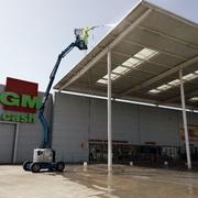 neteja de la façana i pintura del pàrquing d'un supermercat
