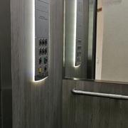 Distribuidores Schneider Electric - Decoración de cabina y nueva botonera de cabina con display multimedia.