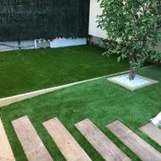 Reforma integral de jardín con césped artificial.