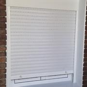 otro punto de la ventana con persiana en blanco