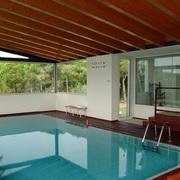 Pabellón que aloja una piscina