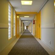 Pasillo con puertas amarillas