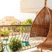 Pequeña terraza con columpio de fibras naturales