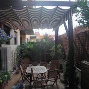 Terraza con pergola y suelo tropical, Zaragoza