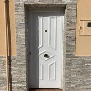 Piedra premontada al rededor de la puerta y en el zocalo.