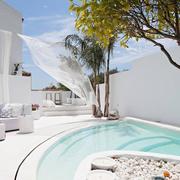piscina de microcemento blanco