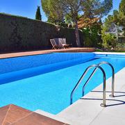 ¡Refréscate en esta piscina con dos niveles!