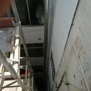 Montaje con andamio en un patio de luces  en Barcelona tubos inox evacuacion de los vapores de cocinas