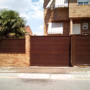 Puertas seccionales con panel efecto madera