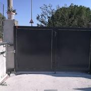 Puerta pivotante de hierro dos hojas corredera.