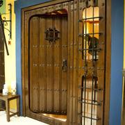Puerta de madera con detalles en forja artesanal