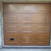 Puerta seccional panel a cuarterones imitación madera