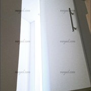 Puerta lacada en blanco, pivotante, abierta