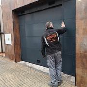 Puerta seccional con fijo lateral y tarja con ventilación