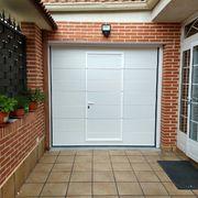 Puerta Seccional 2D Lisa con puerta de paso incluida