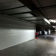 Puerta seccional acanalada blanca reforzada